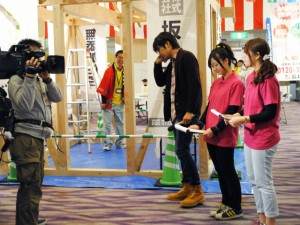 OBS住宅博2013 テレビ取材を受けるスタッフ